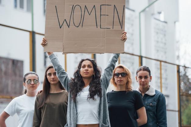 Нас услышат. группа женщин-феминисток протестует за свои права на открытом воздухе Бесплатные Фотографии