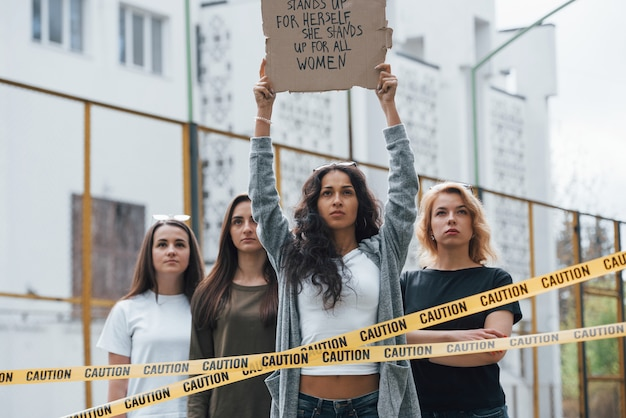 당신이들을 때까지 여기 서있을 것입니다. 페미니스트 여성 그룹이 야외에서 자신의 권리를 위해 항의 무료 사진