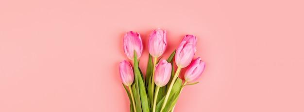ピンクのチューリップとwebバナー Premium写真