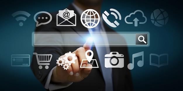 デジタル触覚webアドレスバーとインターネット上でサーフィン男 Premium写真
