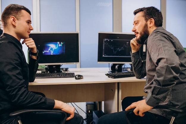 コンピューターに取り組んでいる若い男性のwebデザイナー 無料写真