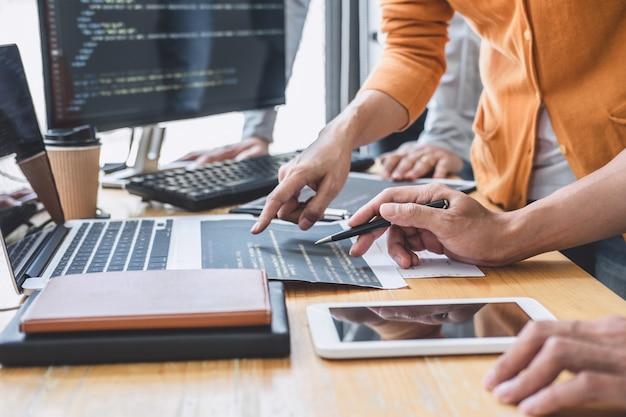 会社のコンピューターで開発しているソフトウェアでwebサイトプロジェクトに取り組んでいるプログラマー Premium写真