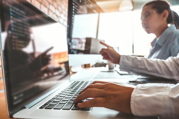 コンピューターコードを読むプログラマーの開発開発webサイトのデザインとコーディングテクノロジー。 Premium写真