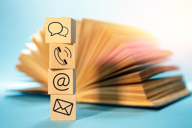 열려있는 책으로 웹 사이트 및 인터넷 연락처 아이콘 프리미엄 사진
