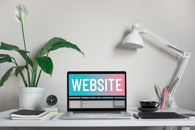 コンピューターのラップトップとアクセサリーのテキストとウェブサイトまたはウェブデザインの概念 Premium写真