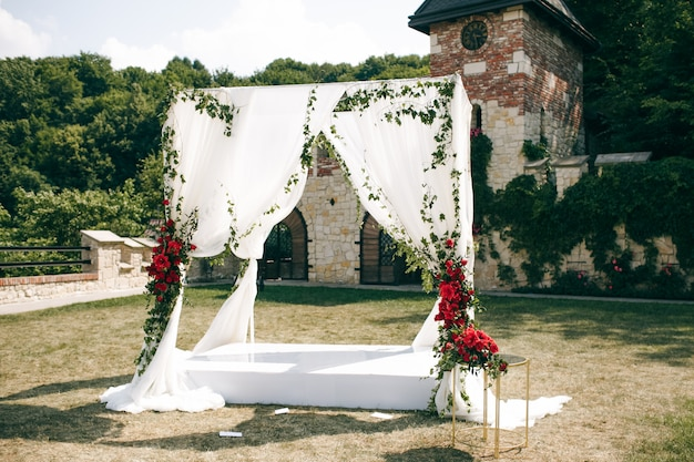 Wedding altar made of square curtains stands on the backyard Free Photo