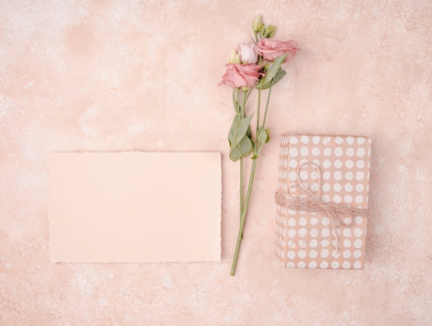 Wedding arrangement with invitation and flowers Free Photo