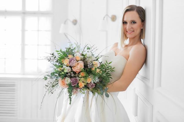 Nozze. bella sposa in un abito da sposa Foto Gratuite