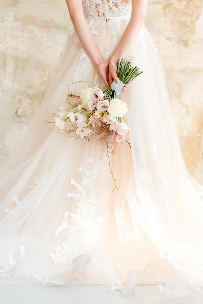 Wedding bouquet in bride's hands Premium Photo