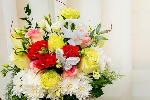 色とりどりのバラとカモミールのウェディングブーケ。休日やお祝いの花 Premium写真