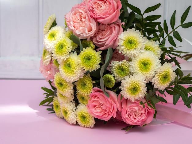 ピンクのバラと菊のウェディングブーケ。コピースペース。 Premium写真