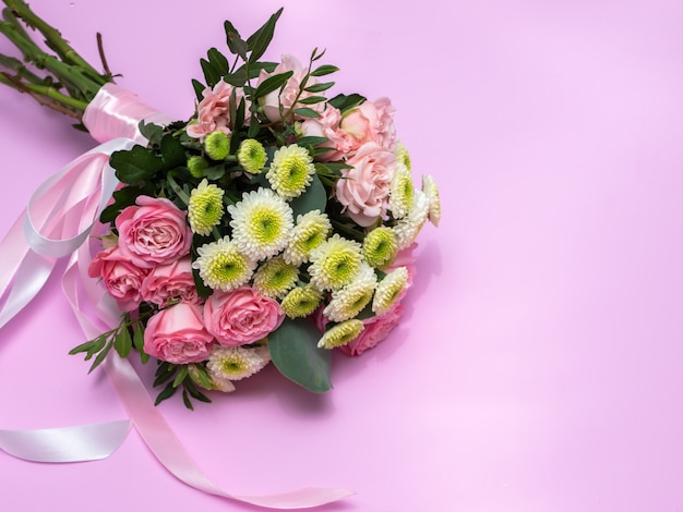 Свадебный букет на розовом фоне. скопируйте пространство. Premium Фотографии