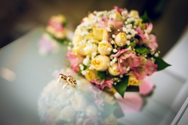 Wedding bouquet and wedding rings Premium Photo