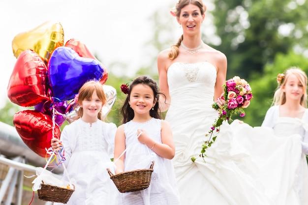 Wedding bride in gown with bridesmaid Premium Photo
