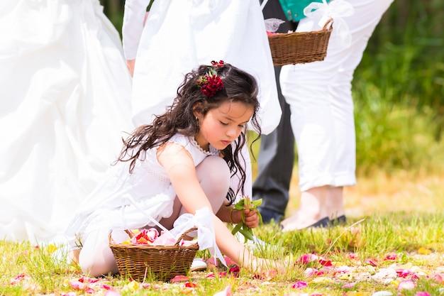 Wedding bridesmaids with flower petal basket Premium Photo
