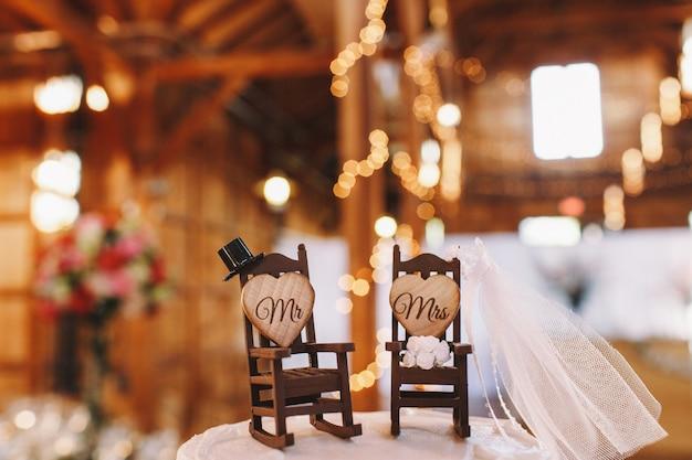 Декорация свадебного торта, сделанная для двух качающихся стульев Бесплатные Фотографии