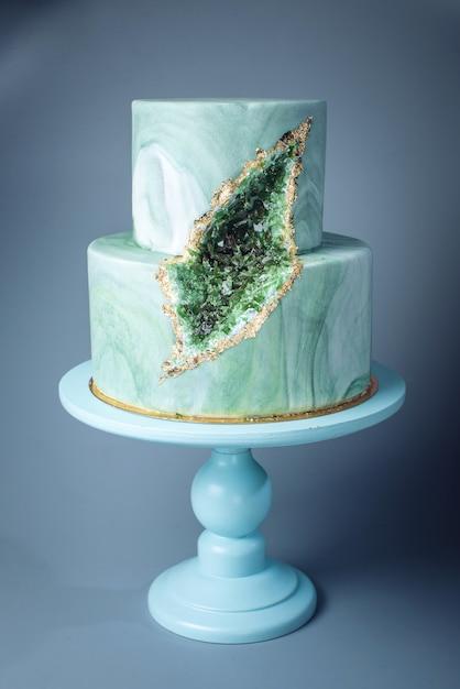 Свадебный торт украшен каменным мрамором с изумрудами в разрезе Premium Фотографии