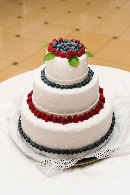 Wedding cake with fresh berries and pearls Premium Photo