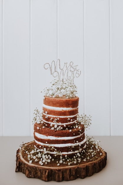 Wedding cake with paniculata decoration and mr and mrs topper Free Photo