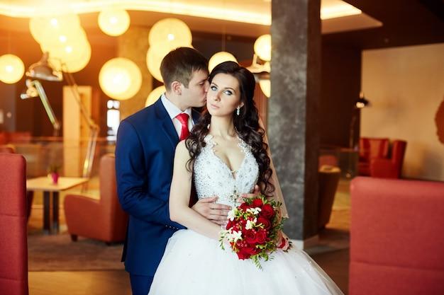 Свадебная церемония, жених и невеста готовятся стать мужем и женой. мужчина обнимает женщину Premium Фотографии