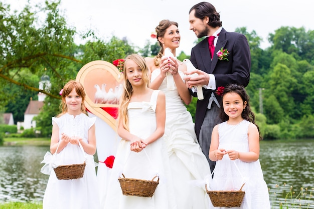Wedding couple and flower children with doves Premium Photo