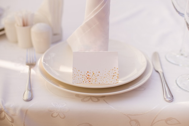 Wedding decor, plates on the table Premium Photo