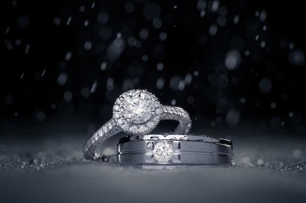 Wedding engagement diamond rings with water drops Premium Photo