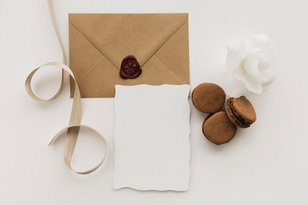 Wedding envelope with macaroons Free Photo