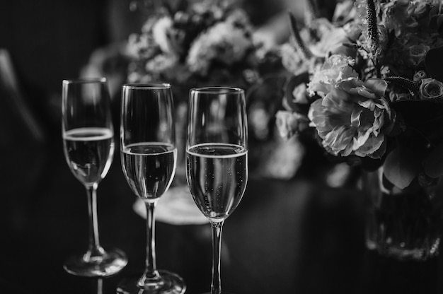 Wedding glasses and a bouquet of the bride Premium Photo