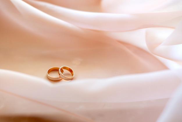 대리석 벽에 금 결혼 반지입니다. 결혼 약혼했다. 프리미엄 사진