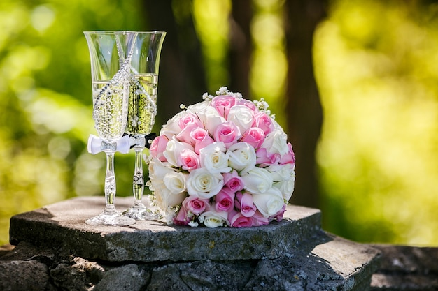 Wedding gold rings with roses and glasses of champagne Premium Photo