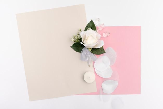 白いバラの結婚式のグリーティングカード 無料写真