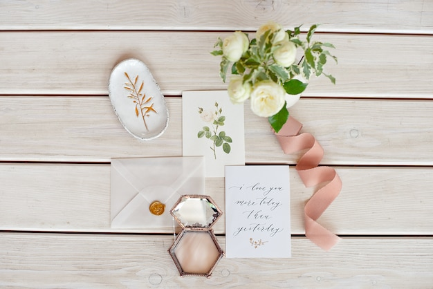 Wedding invitation card with decorations on wood table. rustic wedding overhead view. flat lay, top view wedding invitation card templates. Premium Photo