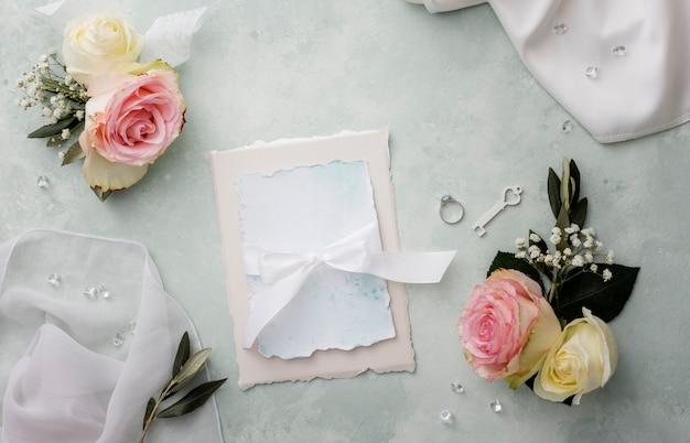 Свадебные приглашения с украшениями рядом Бесплатные Фотографии