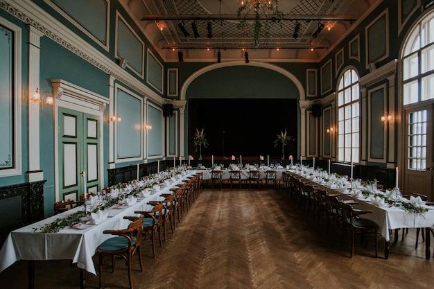 Зал для свадебных торжеств с элегантной сервировкой стола со свечами Бесплатные Фотографии