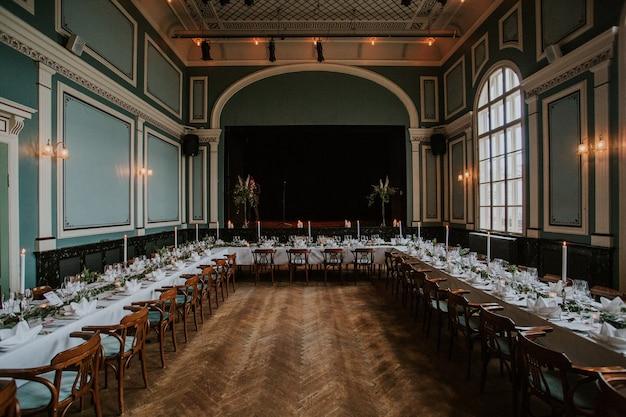 Sala ricevimenti nuziale con elegante tavola apparecchiata con candele Foto Gratuite