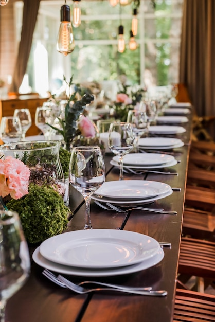 에디슨 전구 및 녹지 장식 웨딩 리셉션 테이블. 프리미엄 사진