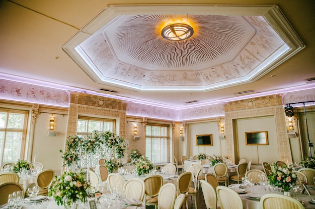 Wedding reception with a beautiful ceiling Premium Photo