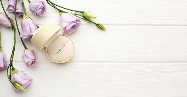 Anello di nozze e fiori copia spazio Foto Gratuite