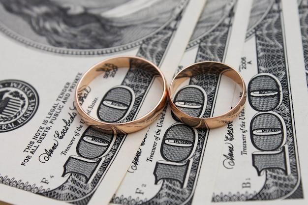 Wedding rings on the background of money Premium Photo