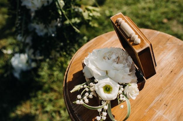 結婚式の宝石箱の結婚指輪。 Premium写真