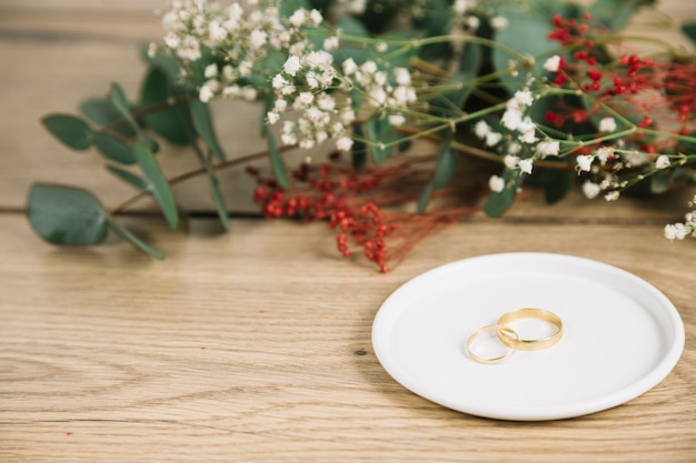Wedding rings with bouquet of flowers Free Photo