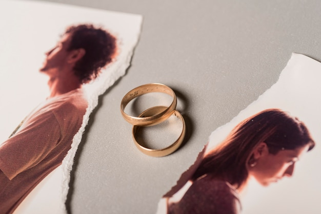 Wedding rings with broken picture Premium Photo