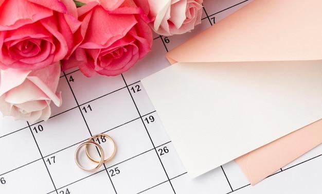Обручальные кольца с цветами на календаре Бесплатные Фотографии