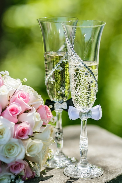 Wedding rings with roses and glasses of champagne Premium Photo