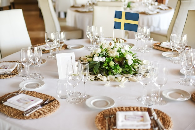 Wedding table served with flowers Premium Photo