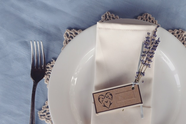 Wedding table setting sprig of lilac with a sign Premium Photo