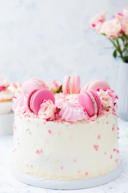 Wedding white cake with macarons and roses Premium Photo