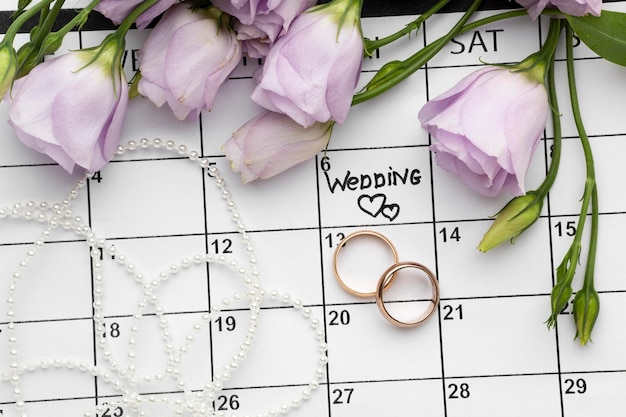 Свадьба с двумя сердечками, написанными на календаре и кольцах Бесплатные Фотографии