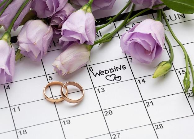 Свадьба с двумя сердечками, написанными в календаре Бесплатные Фотографии